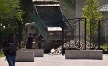 Грузовая Машина разгружает камни около дома экс-президента КР Алмазбека Атамбаева в селе Кой-Таш