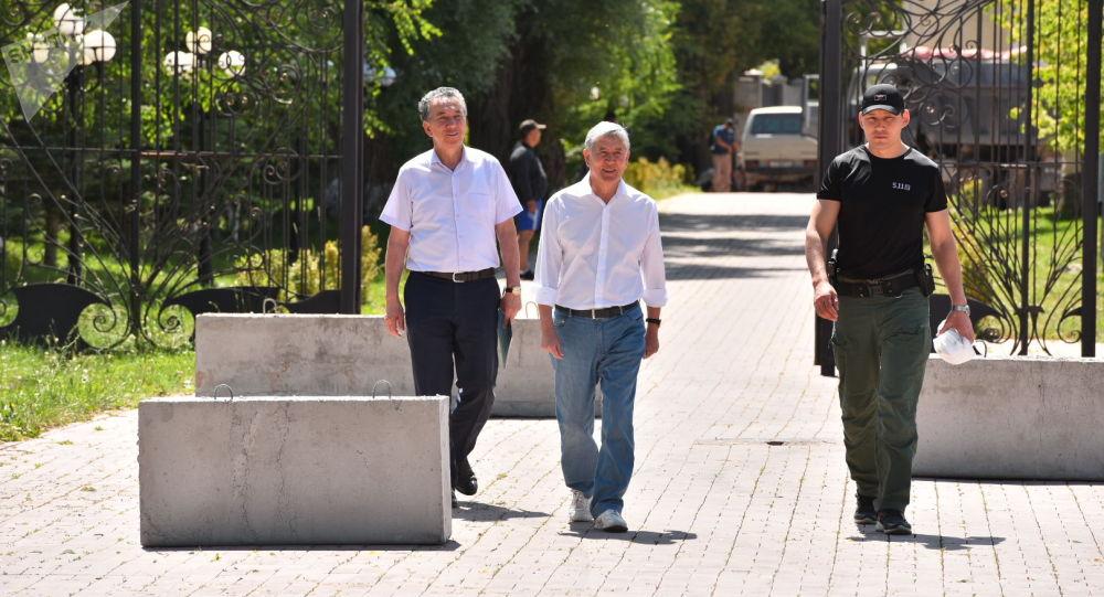Эски президент Алмазбек Атамбаев Кой-Таштагы үйүндө. Архивдик сүрөт