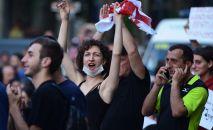 Участники акции протеста у здания парламента Грузии в Тбилиси. Оппозиция в Грузии сорвала сессию МАП (Межпарламентской ассамблеи православия) и устроила беспорядки на улицах Тбилиси, требуя отставки президента МАП Сергея Гаврилова.