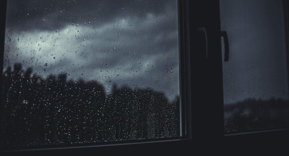Капли воды на стекле окна во время дождя. Архивное фото