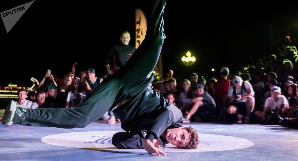 Танцоры выступает на чемпионате мира по брейк-дансу. Архивное фото
