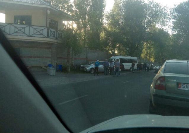Охрана на территории дома экс-президента Атамбаева
