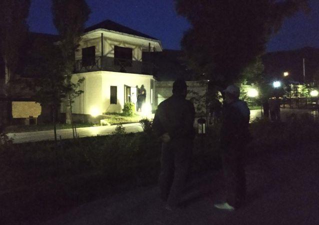 Люди около дома экс-президента КР Алмазбека Атамбаева в селе Кой-Таш