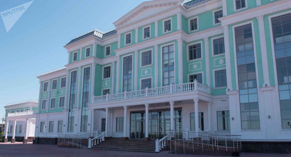 Фасад здания школы построенной в рамках проекта Газпром — детям. Архивное фото
