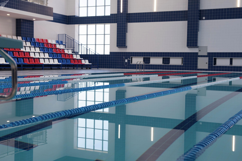 Бассейн в спортивном зале школы в южной части Бишкека построенной в рамках проекта Газпром — детям
