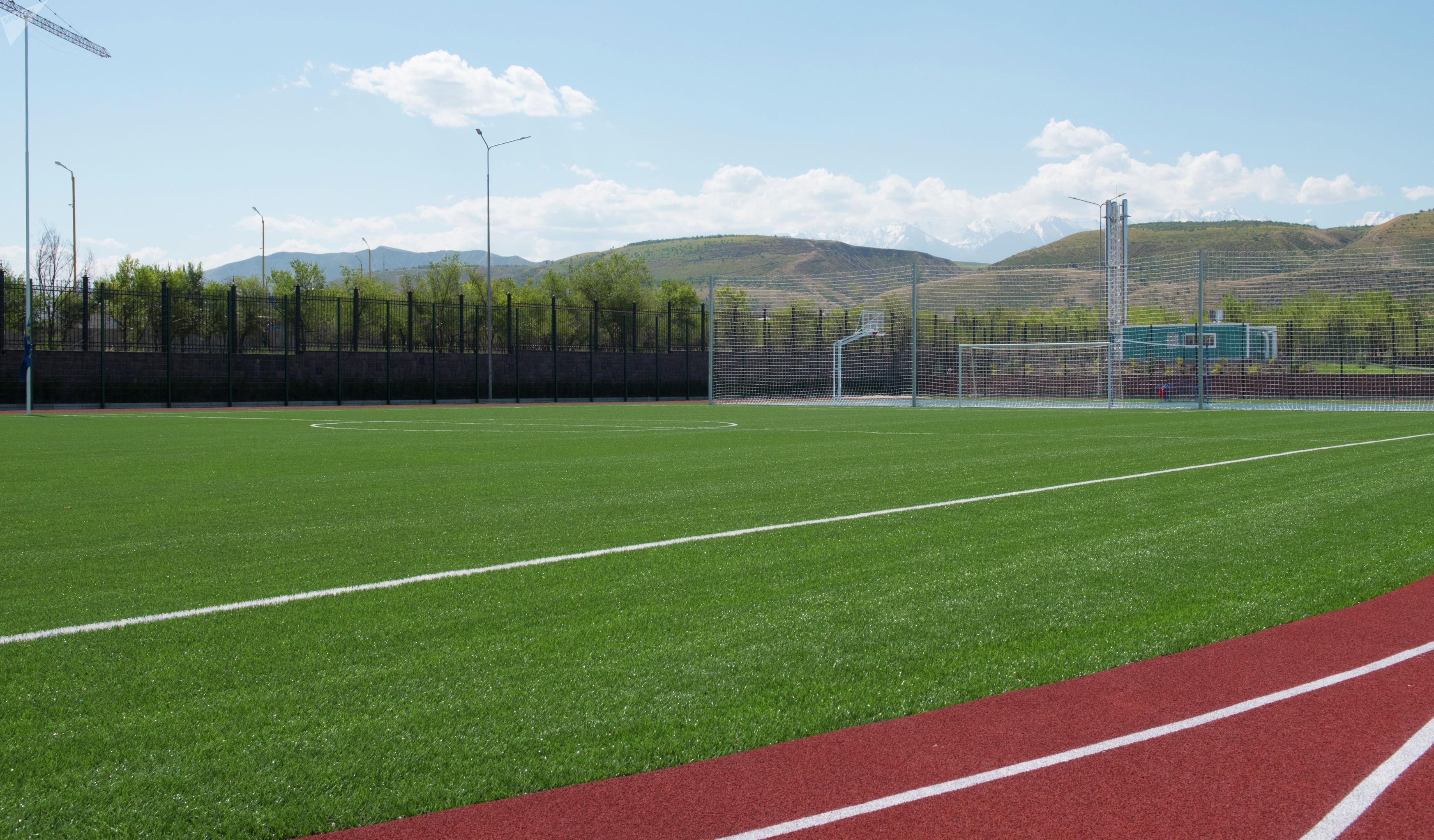 Футбольное поле в школе в южной части Бишкека построенной в рамках проекта Газпром — детям