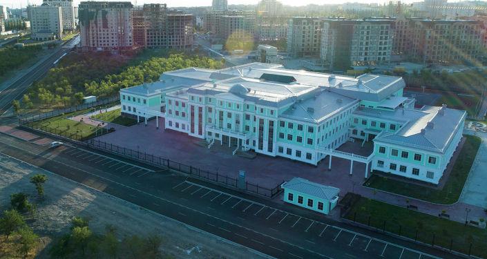 В южной части Бишкека ближе к горам расположилось здание школы, построенной в рамках проекта Газпром — детям.