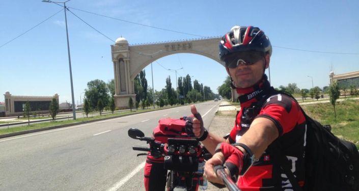 Бишкекчанин Сергей Прядко выехал из Бишкека на велосипеде в Париж, сейчас он едет в Казахстане