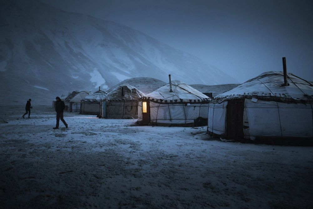 Кечинде Ленин чокусунун базалык лагерине келгенибизде кар жаап салды. Бир сааттын ичинде эле айлананы ак басты, — деп эскерди Дрос