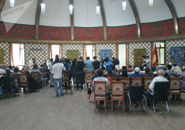 В пресс-центре на территории дома Атамбаева началась пресс-конференция с участием депутатов-сторонников Атамбаева и юристов