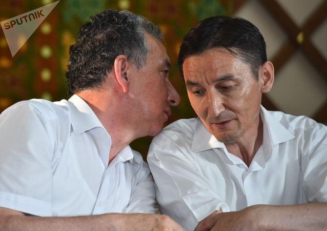 Член политсовета СДПК Фарид Ниязов на пресс-конференции в пресс-центре на территории дома бывшего президента КР Алмазбека Атамбаева в селе Кой-Таш