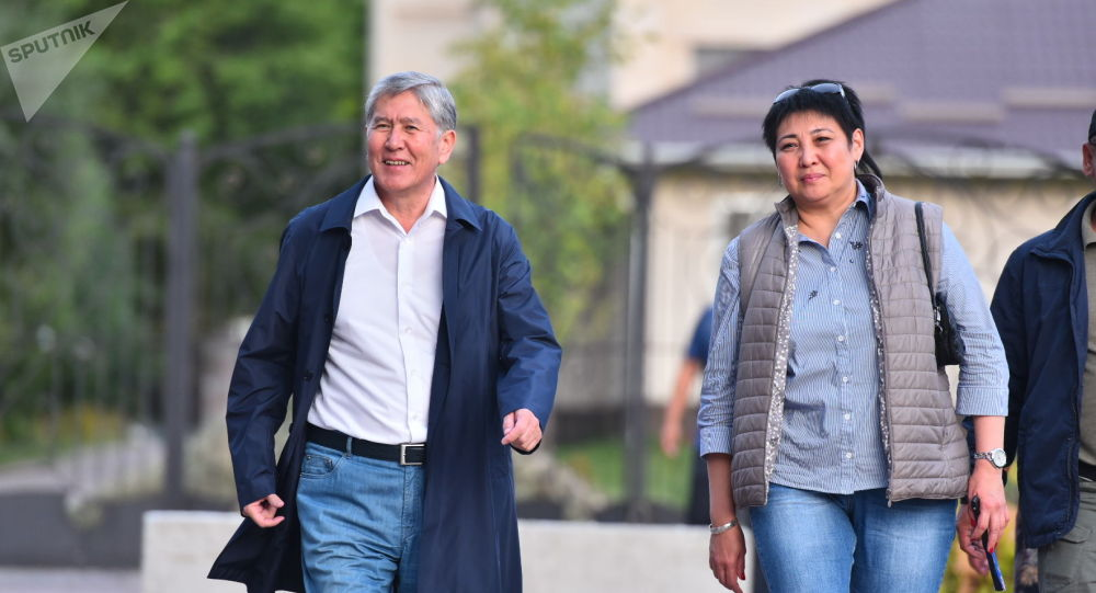 Бывший президент КР Алмазбек Атамбаев после пресс-конференции на территории своего дома в селе Кой-Таш