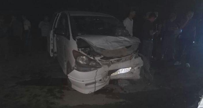 В Оше по дороге в аэропорт столкнулись в лоб в лоб два автомобиля, водитель одного погиб