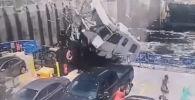 В Квебеке фургон с жилым помещением (автодом) взлетел в воздух с моста и рухнул на отходящий паром. Инцидент попал в объектив камеры наружного наблюдения, которая была установлена на судне.