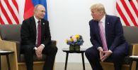 Президент РФ Владимир Путин и президент США Дональд Трамп во время беседы на полях саммита Группы двадцати в Осаке.