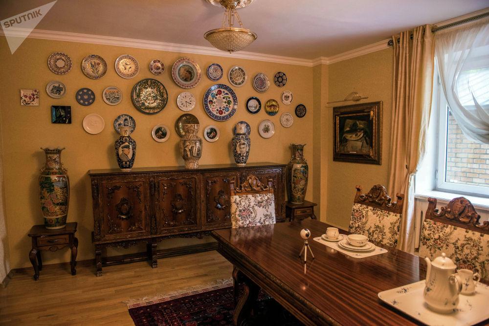 Маңдайындагы бөлмө — көргөзмө зал. Дубалында Айтматовдун сүрөттөрү илинип, айнек кутуда орден, медаль, сыйлыктары тизилген.