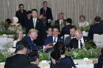 Лидеры и делегаты стран G20, в том числе премьер-министр Японии Синдзо Абэ, президент США Дональд Трамп, президент России Владимир Путин присутствуют на обеде лидеров в Осаке, Гейхинкан, в Осаке. Япония, 28 июня 2019 года