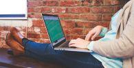 Девушка за работой на ноутбуке