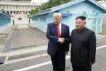АКШнын президенти Дональд Трамп Түндүк Кореянын лидери Ким Чен Ын менен. Архивдик сүрөт