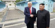 Президент США Дональд Трамп встречается с северокорейским лидером Ким Чен Ыном в демилитаризованной зоне, разделяющей две Кореи, в Панмунжоме. Южная Корея