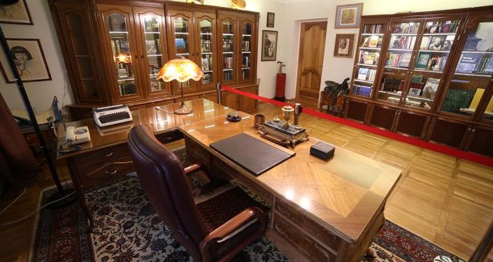 Лакированный стол, лампа с абажуром и печатная машинка — именно здесь работал великий писатель Чингиз Айтматов. Съемочная группа Sputnik Кыргызстан побывала в доме-музее, где жил и творил великий прозаик.