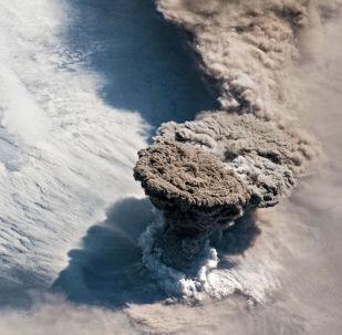 Мощное извержение вулкана Райкоке привело к гибели флоры и фауны на одноименном острове центральных Курил (Россия). Извержение от девяти вулканических взрывов продолжалось более 12 часов, а пепел поднялся на высоту до 13 километров.