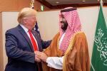 Наследный принц Саудовской Аравии Мохаммед бен Салман пожимает руку президенту США Дональду Трампу на саммите лидеров G20 в Осаке, Япония, 29 июня 2019 года.