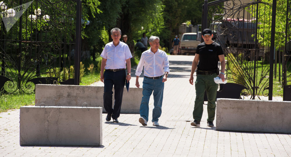 Член политсовета СДПК Фарид Ниязов, бывший-президент КР Алмазбек Атамбаев и его телохранитель Канат Сагымбаев (слева направо). Архивное фото