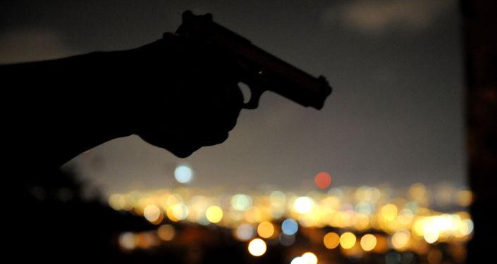 Мужчина с пистолетом в руке. Архивное фото