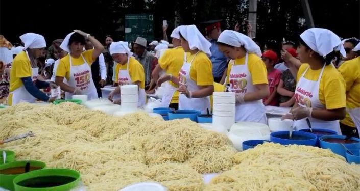 В Караколе приготовили 1,5 тонны популярного блюда и угостили всех желающих в рамках Ашлямфу-fest.