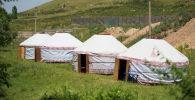 Юрты около дома бывшего президента КР Алмазбека Атамбаева в селе Кой-Таш