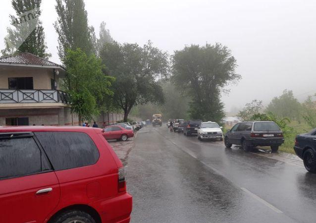 Ситуация около дома бывшего президента КР Алмазбека Атамбаева в селе Кой-Таш