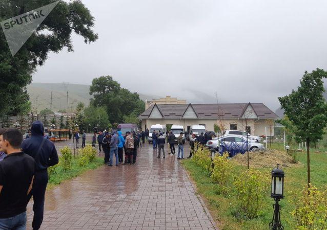 Молодые люди около дома бывшего президента КР Алмазбека Атамбаева в селе Кой-Таш
