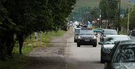 Кортеж Алмазбека Атамбаева. Он выехал в Бишкек на черной тонированной BMW 7 серии. Его сопровождали внедорожники черного цвета.