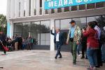 Алмазбек Атамбаев жан сакчысы менен. Архивдик сүрөт