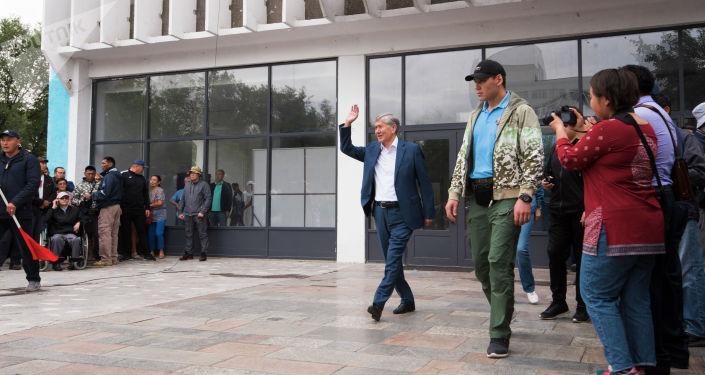 Бывший президент Алмазбек Атамбаев с телохранителем(справа) во время митинга в Бишкеке. Архивное фото