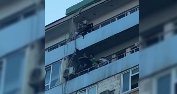 Казахстанец спустился на балкон к любимой по проводам, перепугав всех. Видео