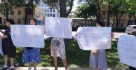 Сторонники и родственники экс-генерального прокурора КР Аиды Саляновой, недовольные решением городского суда, провели митинг в Бишкеке у здания Белого дома