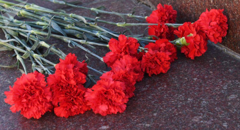 Цветы на памятнике. Архивное фото