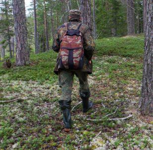 Мужчина идет в лесу. Архивное фото