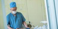 Детский уролог, хирург Бакыт Жданов осматривает пациента