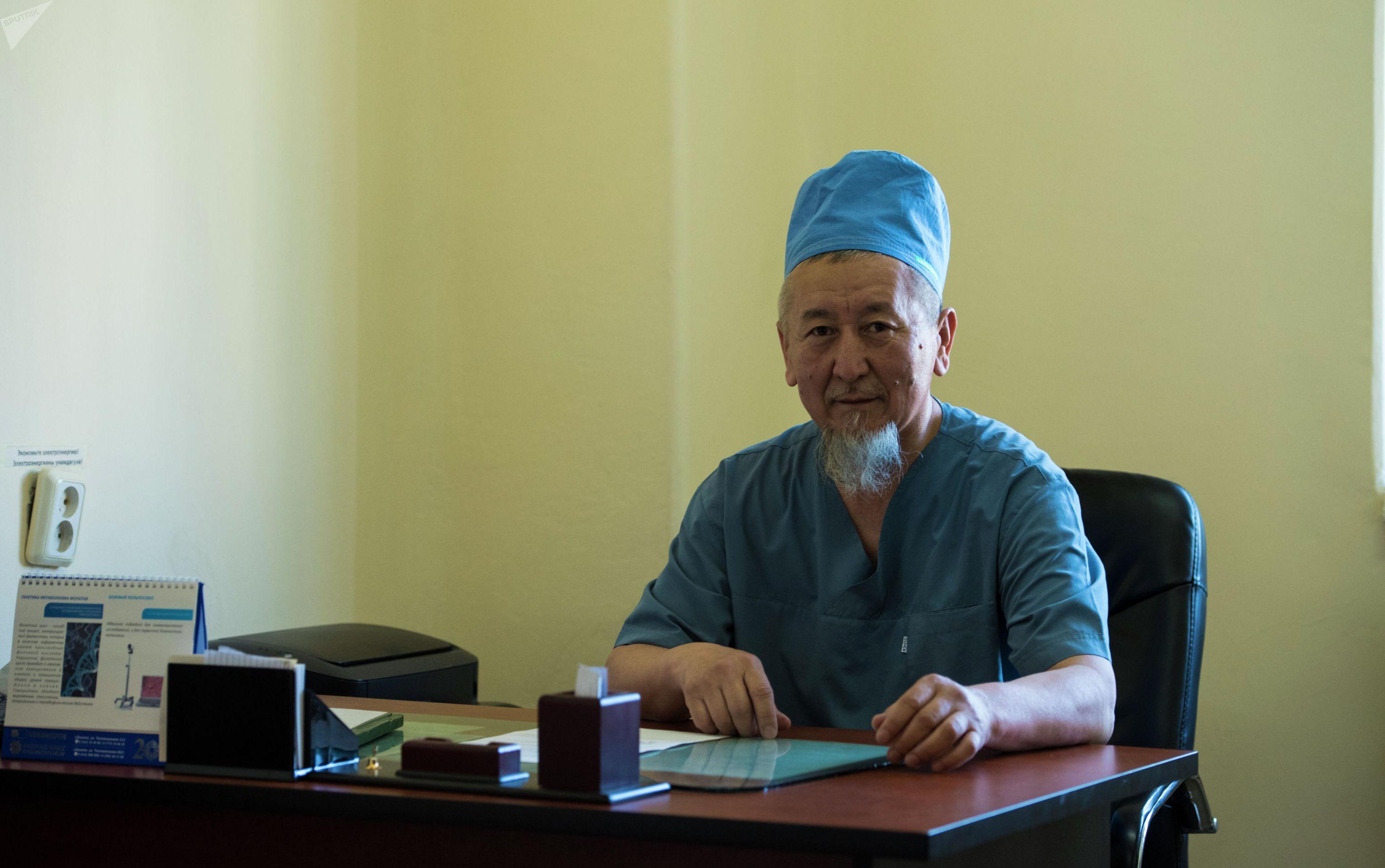Детский уролог, хирург Бакыт Жданов в рабочем кабинете