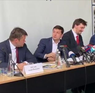 В Сети появилось видео, запечатлевшее довольно странное поведение президента Украины Владимира Зеленского.