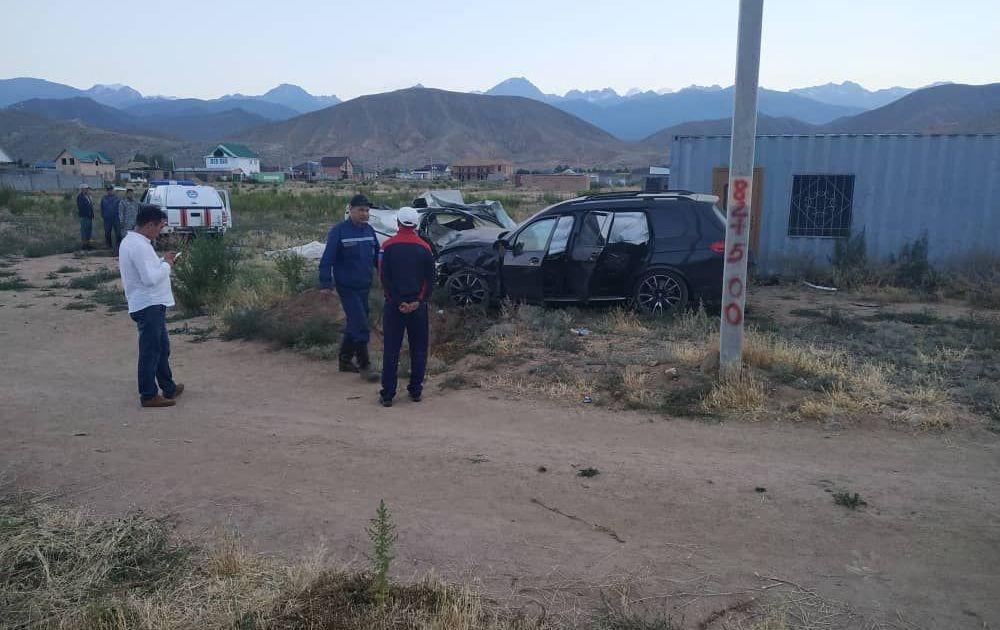 На Иссык-Куле произошло лобовое столкновение внедорожника и легкового автомобиля, погибли два человека