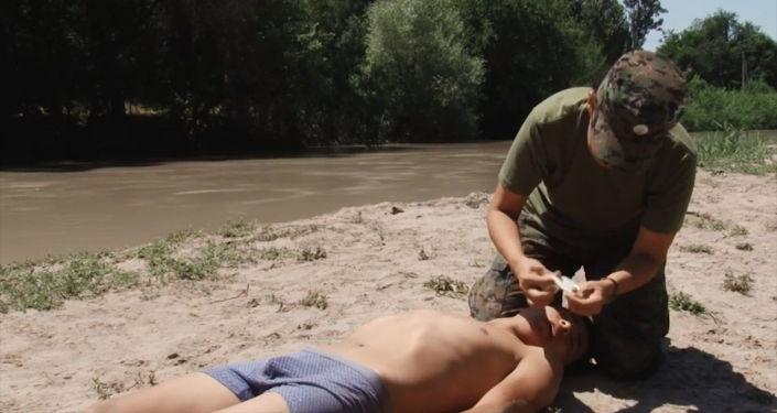 В ролике представили ситуацию, когда мужчина плавает в непредназначенном для этого месте и начинает тонуть.