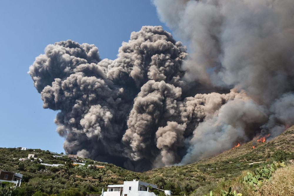 Стромболи жанар тоосу атылды, Италия.