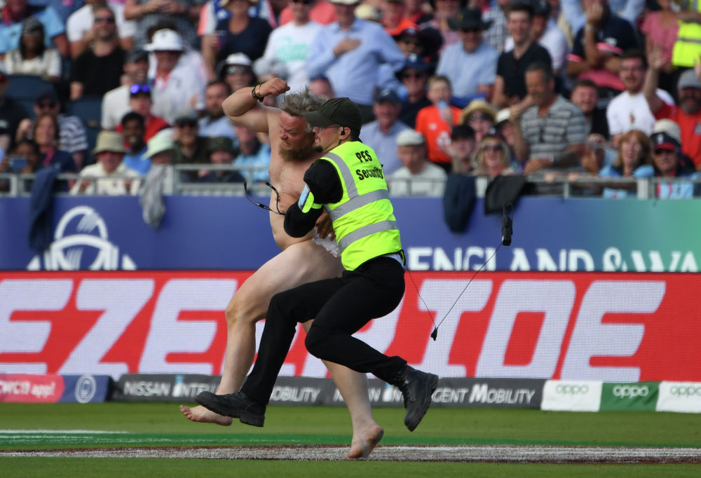 Крикет боюнча дүйнө чемпионаты учурунда аянтка чуркап чыккан киши полиция тарабынан кармалды.