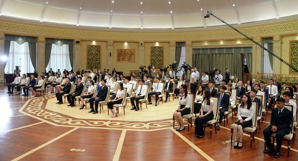 Ала-Арча мамлекеттик резиденциясында жалпы республикалык тестирлөөдөн жогорку балл алган 51 бүтүрүүчүгө алтын сертификат тапшырылды