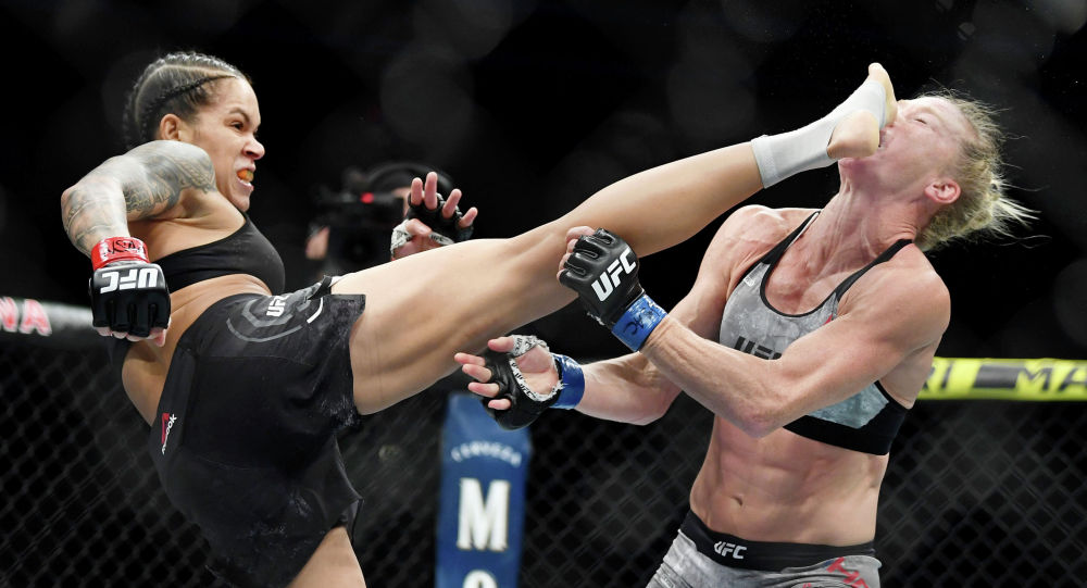 Чемпионка UFC в двух дивизионах Аманда Нуньес защитила титул в легчайшем весе, отправив в эффектный нокаут экс-чемпионку Холли Холм