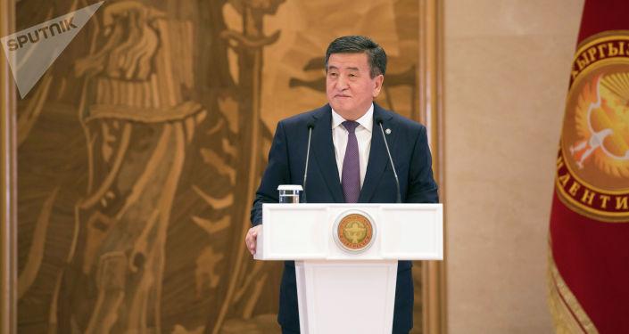 Президент Кыргызской Республики Сооронбай Жээнбеков на церемонии вручения золотых сертификатов выпускникам 2019 года. 8 июля 2019 года